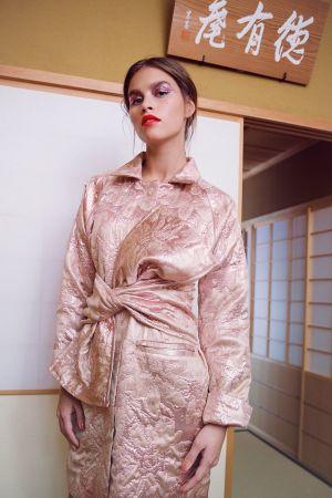 En kvinna iklädd en rosa kimono.