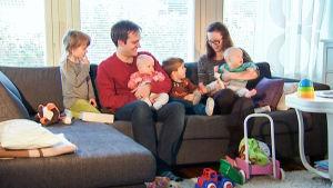 Jarkko Viita perheensä kanssa sohvalla.