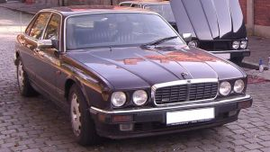 En svart Jaguar av äldre årsmodell.