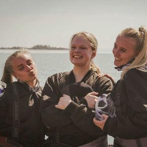 Sukeltamaan valmistautuvat lukiolaistytöt poseeraavat Kaljaasi Olgan kannella.