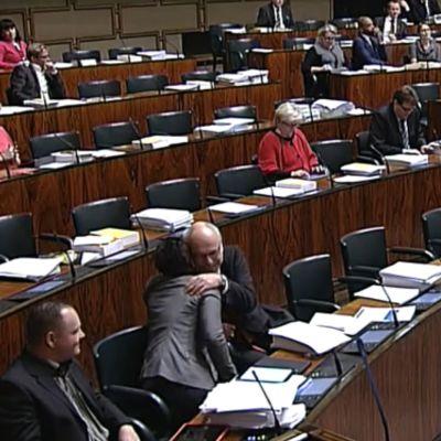Erkki Virtanen och Silvia Modig omfamnar varandra under riksdagens debatt om jämlik äktenskapslag.