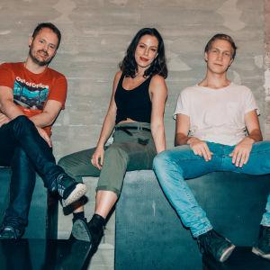 Dan, Malena och Matias sitter vid en stenvägg