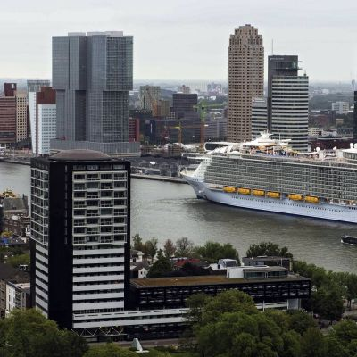 Suuri matkustaja-alus saapuu Rotterdamin satamaan.