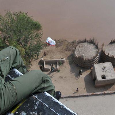 Pakistanin armeijan sotilas tiputti ruoka-avustuksia tulva-alueelle Multanissa 12. syyskuuta 2014.
