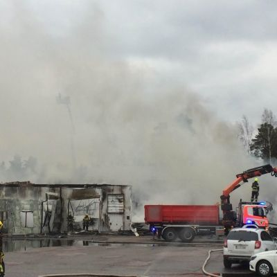 Tuli tuhosi rengasliikeen Porvoossa.