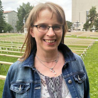 Kirkon tiedotuskeskuksen johtaja Hanna Salomäki on körttijuhlilla.