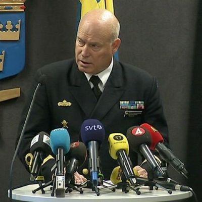Konteramiral Anders Grenstad under presskonferensen i Stockholm.