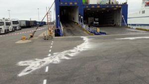 Salpetersyra på asfalten utanför ett fartyg.