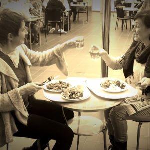 Annika Sylvin-Reuter och Nina Sederlöf äter lunch