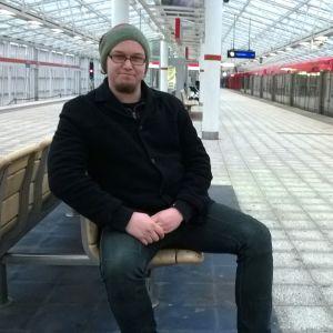 Simo Rajamäki istuu Vuosaaren metroasemalla