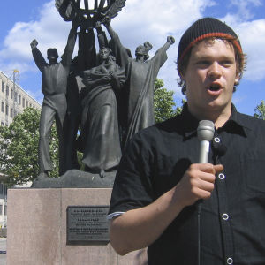Näyttelijä Ville Haapasalo johdatti vuonna 2007 bussillisen turismin veteraaneja muistoja verestäneelle matkalle entiseen Leningradiin.