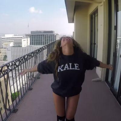Beyoncé dansar på en takterass.