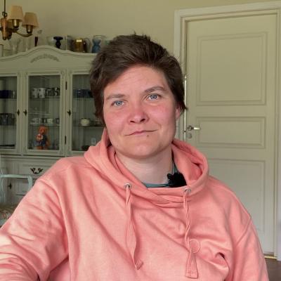 Pauliina Feodoroff, lapsuudenkotinsa keittiössä.