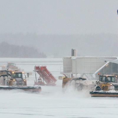 Lumiauroja ja lentokoneita Arlandan kentällä.