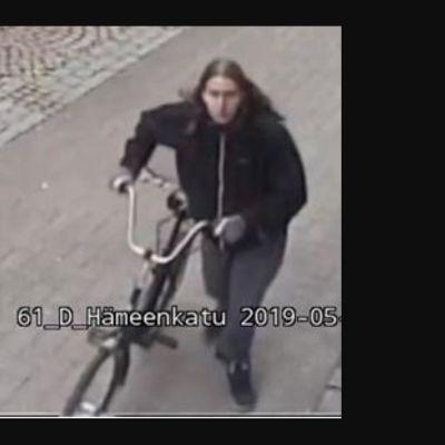 Valvontakamerakuvaa epäillystä ryöstäjästä