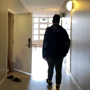 Turvapaikanhakija Mohanad kävelee vastaanottokeskuksen käytävällä.