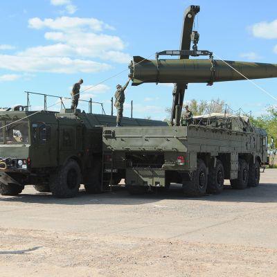 Venäläiset sotilaat lastaavat Iskander-M-ohjusta kuljetusalustalle Astrahanin alueella Etelä-Venäjällä toukokuussa 2015.