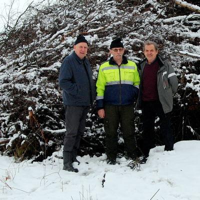 Valfrid Back, Sven-Erik Strand och Folke Nyholm framför påskbrasan i kantlax