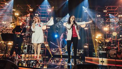 Irina ja Diandra laulavat Elämäni Biisi lavalla