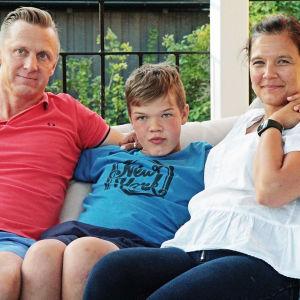 Oliver Vihtonen med sina föräldrar.