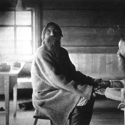 Veljekset Poavila ja Tiihvo Jamanen pitävät toisiaan kädestä kiinni ja laulavat runoja Uhtuan kylässä nykyisen Karjalan tasavallan alueella.