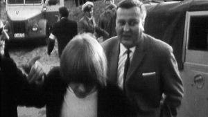 """Brian Jones ja ohjelmatoimitsija Tauno """"Tappi"""" Suojanen Yyterin juhannusjuhlilla 1965."""