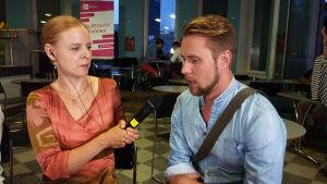 Kansainvälisen Mirjam Helin -laulukilpailun välierään valittu baritoni Waltteri Torikka Lotta Emanuelssonin haastattelussa.