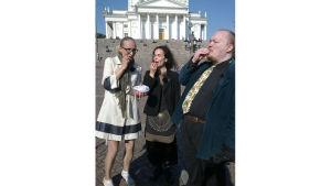 Marjut Tervola, Marjo Vilkko ja Tommi Uschanov syövät vadelmaveneitä