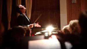 Sakari Oramo johtaa Radion sinfoniaorkesteria tv-studiossa