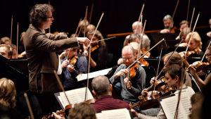 Sakari Oramo johtaa Radion sinfoniaorkesteria Saksassa 2009