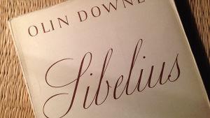 Kansilehti Olin Downesin Sibelius-kirjan suomennoksesta.