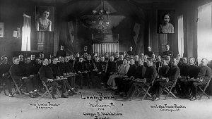 The Louhi Band Monessenin Suomalaisella raittiusseuratalolla vuonna 1918.