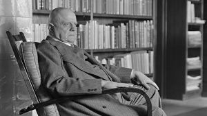 Jean Sibelius istuu kirjastossaan