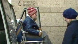 Kalle Könkkölä i rullstol utanför Riksdagshuset, 1983