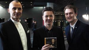 Vuoden levyn 2014 tekijät Ondine-levy-yhtiön toimitusjohtaja Reijo Kiilunen, harmonikkataiteilija Janne Rättyä ja Ondine-levy-yhtiön tuotepäällikkö Joel Valkila.
