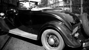 En bil av äldre modell.