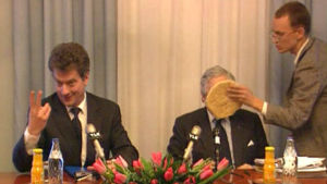 James Wolfensohn får en tårta i ansiktet, Yle 2003
