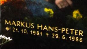 Markus Karfs gravsten, 1999