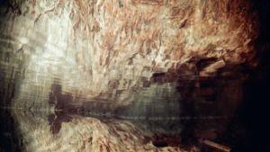 maanalainen luola, heijastuksia vedessä