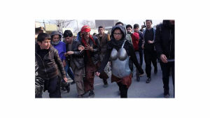 Kubra Khadimin performanssi Armour seksuaalista häirintää vastaan