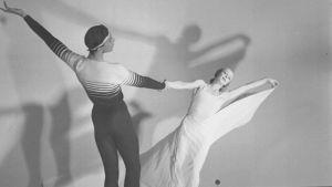 Kari Karnakoski ja Lucia Nifontova tanssivat merimiestanssia vuonna 1947.