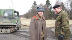 Sonja kailassaari och sten johansson invid en bandvagn