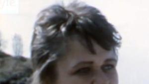 en ung man som intervjuas
