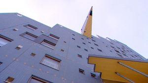 ett gråblått höghus med gult innertak