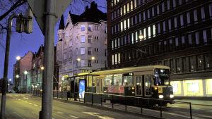 raitiovaunu liikenteessä öiseen aikaan