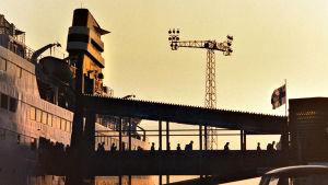 Matkustajat poistuvat ruotsinlaivasta terminaaliin siltaa pitkin.