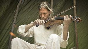 Tuomas Rounakari soittaa viulua