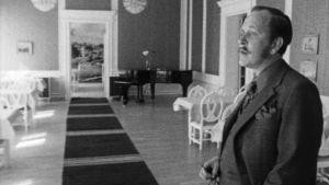 Ingemar Forssell förevisar Tjänstemannaklubbens hus, 1972