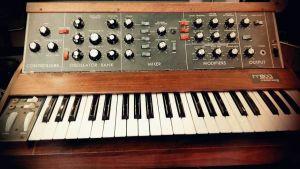 elektroninern kosketinsoitin, minimoog-syntesoija 1970-luvun alusta.