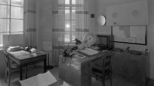Yleisradion aikamerkkilaite Fabianinkadun kuuluttamossa 1944.
